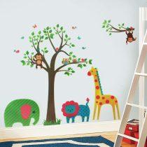 Copaci cu frunze verzi şi maimuţe, girafă, elefant şi leu
