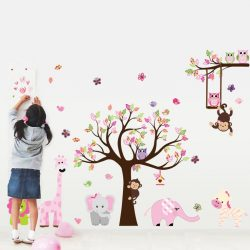 Cavalcadă colorată de animale pe toată suprafața a peretelui