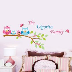 Sticker de perete cu familie de bufniță pe creangă de copac și cu fluturi