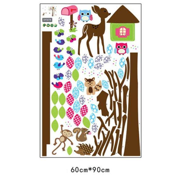 Căprioară şi alte animale din pădure cu foişor
