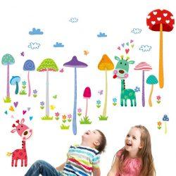 Sticker perete girafe colorate în pădurea cu ciuperci