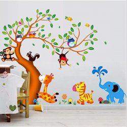 Copac cu frunze verzi cu girafă, zebră, maimuţe, bufniţe